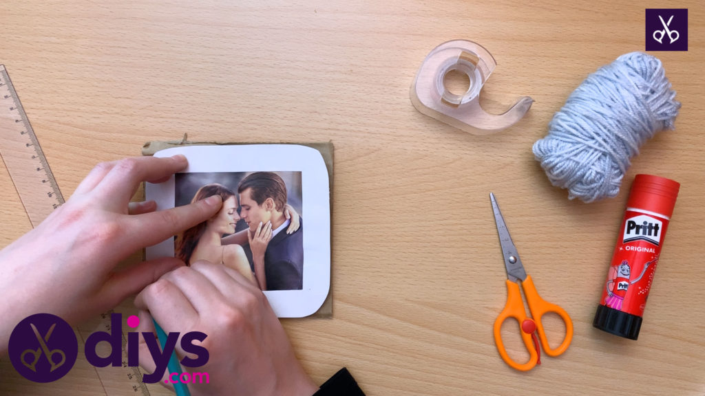 How to make a cardboard photo frame cutting process