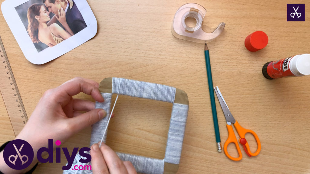 How to make a cardboard photo frame with yarn