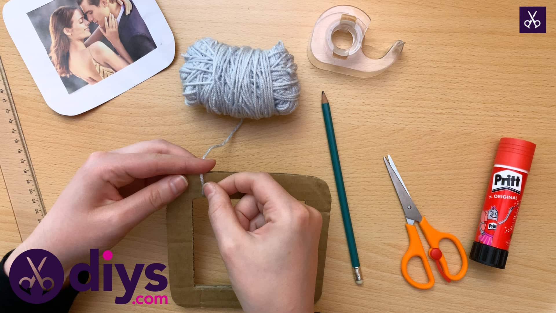 How to make a cardboard photo frame yarn wrapping