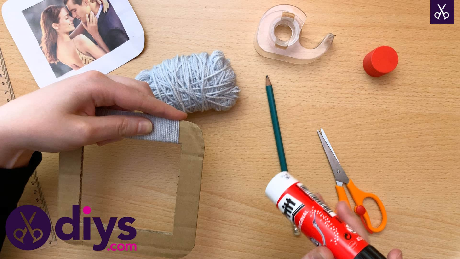 How to make a cardboard photo frame yarn