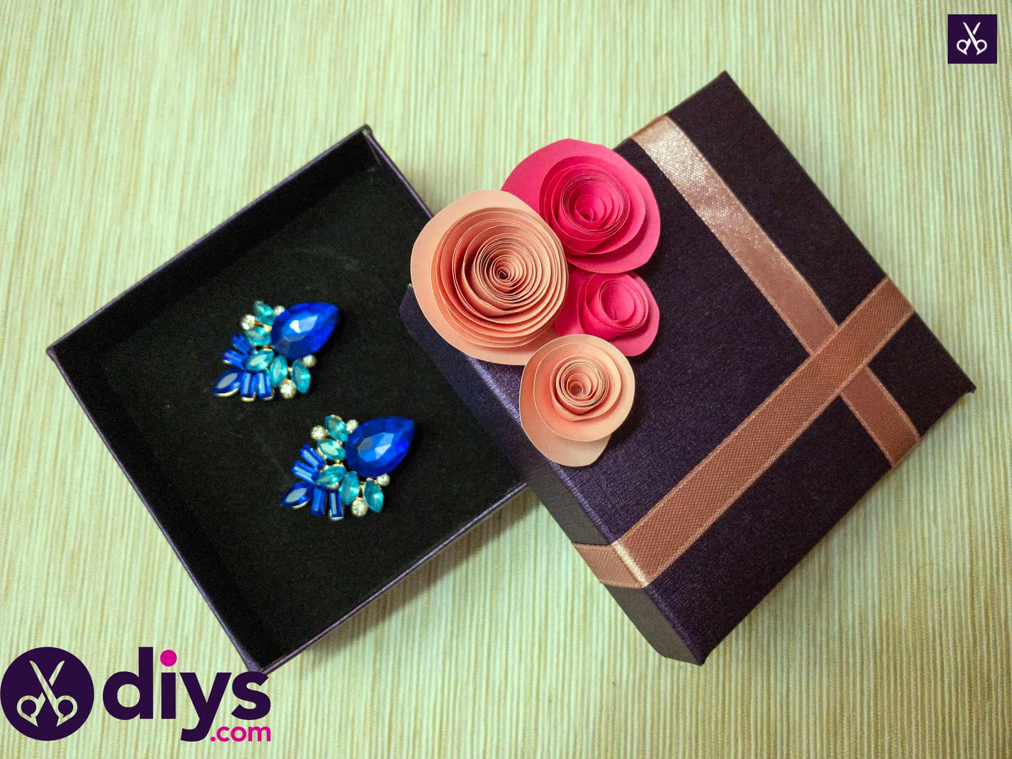 How to make a decorated gift box with ribbon