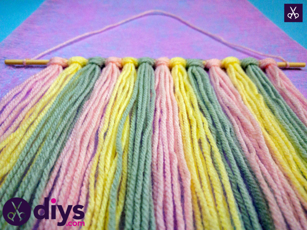 How to make a colorful yarn wall hanging