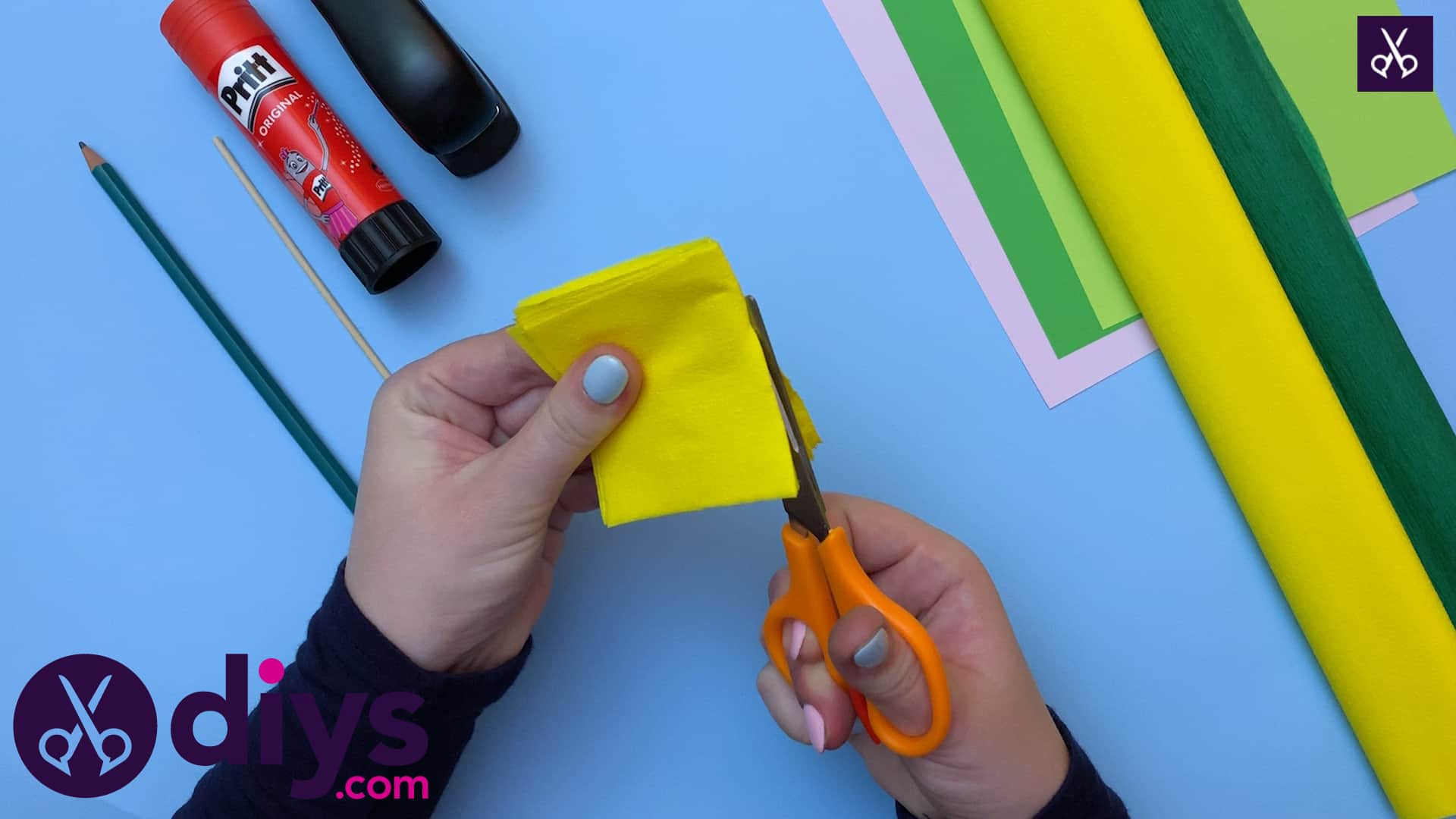 How to make a crepe paper flower dolding and cutting