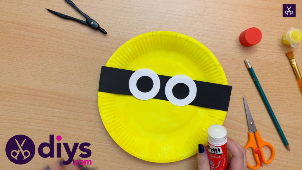 How to make a paper plate minion eye