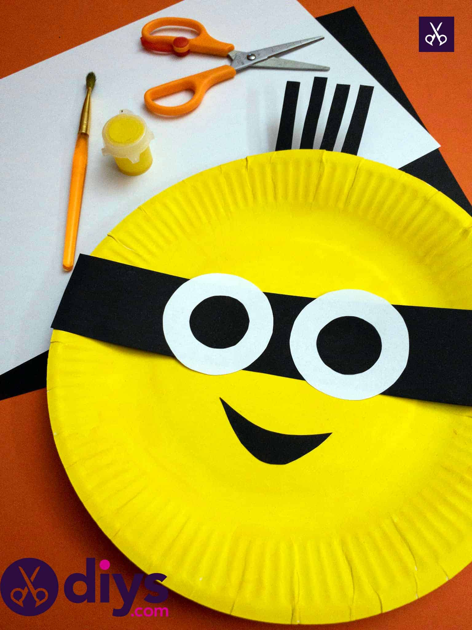 How to make a paper plate minion materials