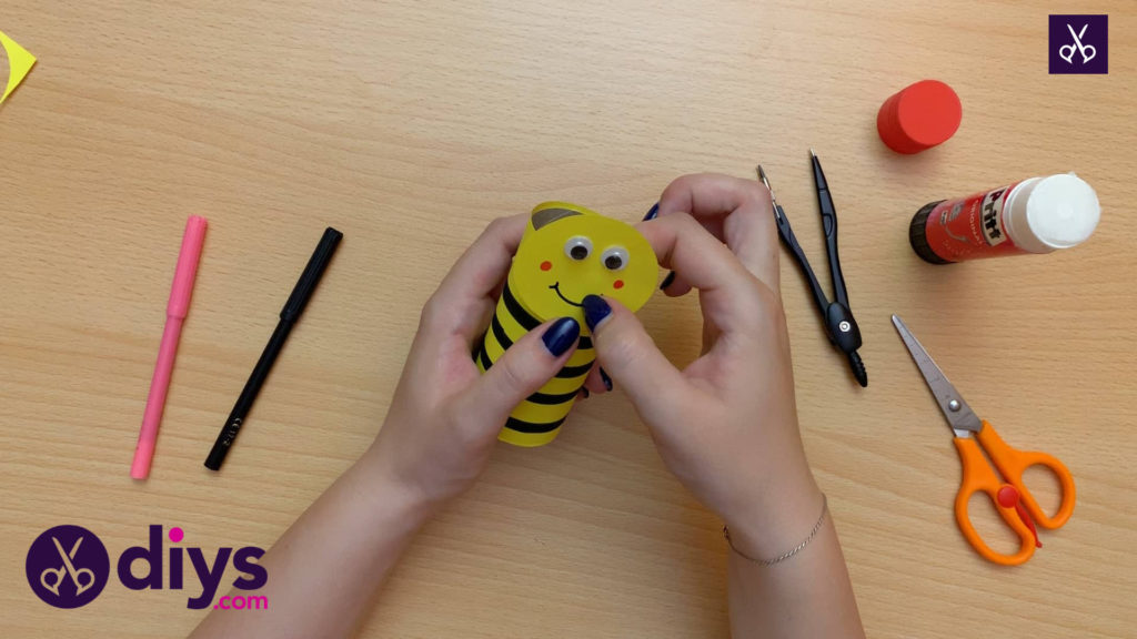 How to make a toilet paper roll bee attach