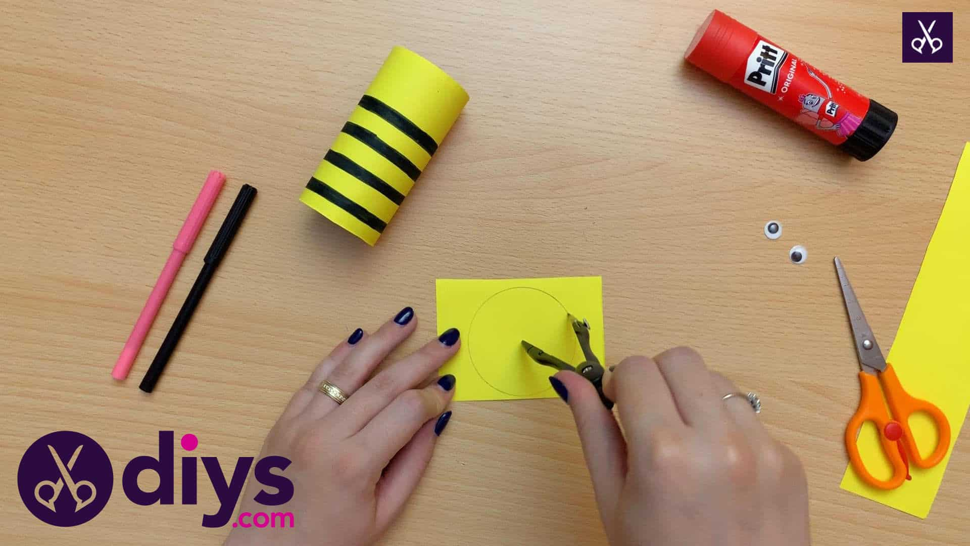 How to make a toilet paper roll bee round circle