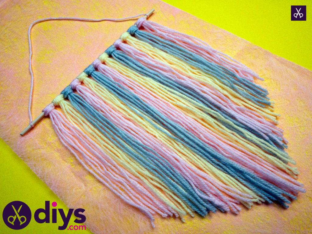 How to make a yarn wall hanging diy