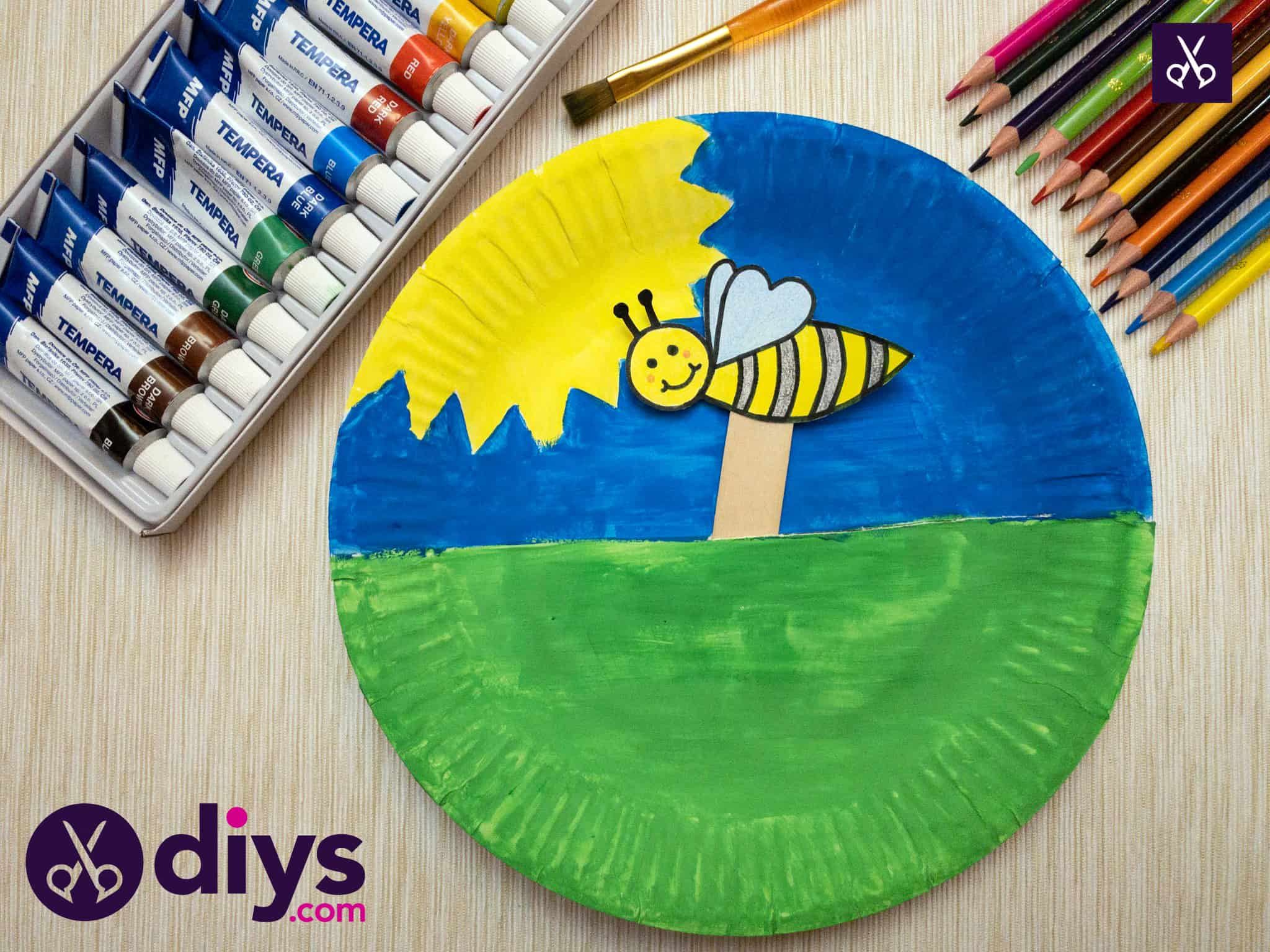 Paper plate bee puppet for kids