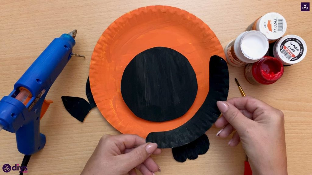 Halloween decor piece from paper plates attach