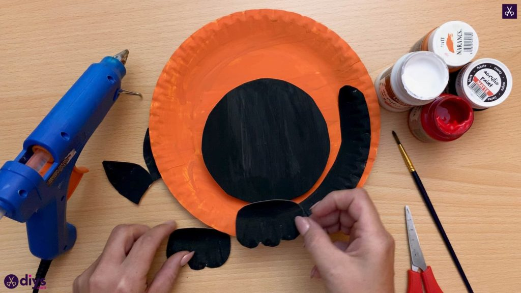 Halloween decor piece from paper plates attach with glue