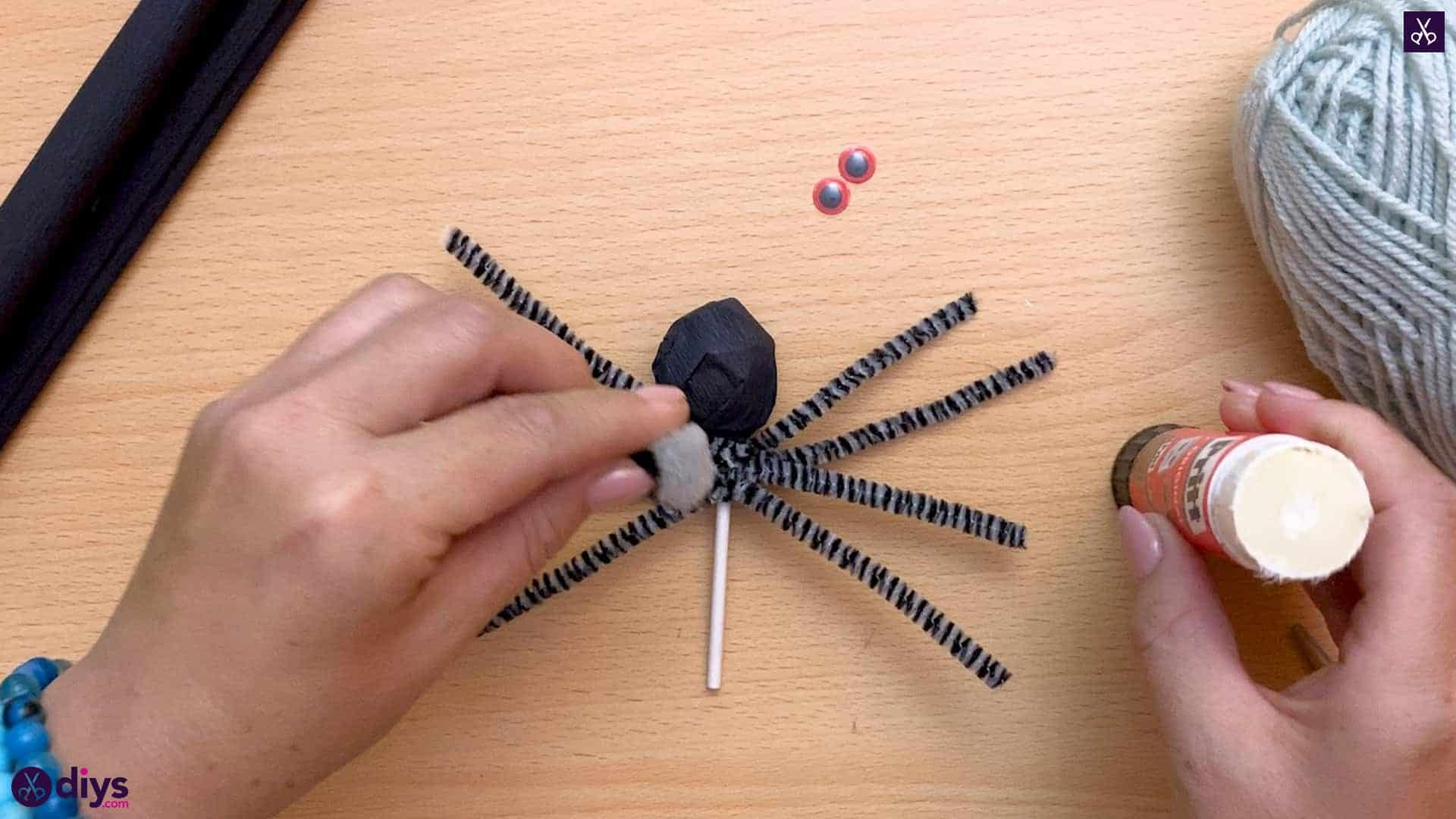 How to make lollipop spiders for halloween glue