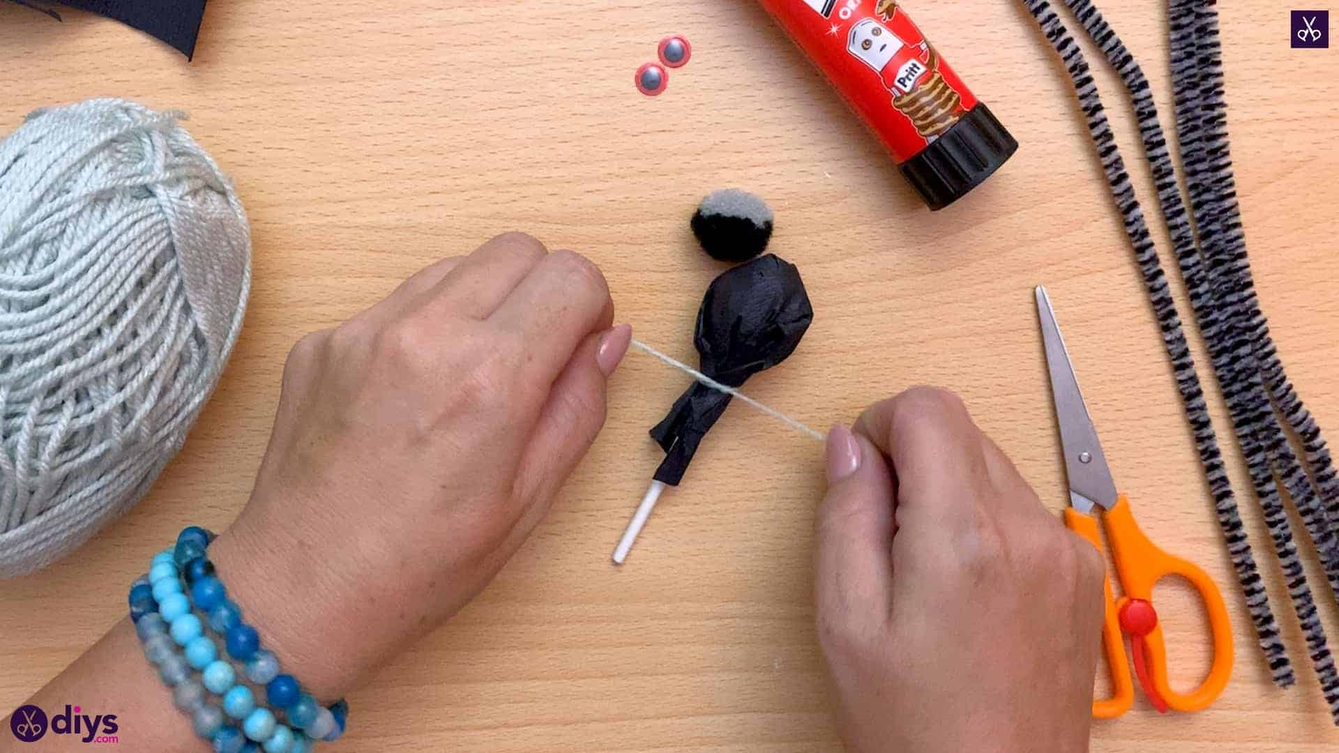 How to make lollipop spiders for halloween knot