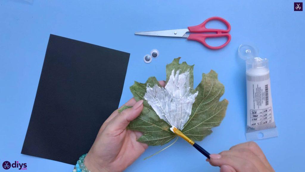 چگونه یک شبح برگ پاییزی را سفید شسته کنیم