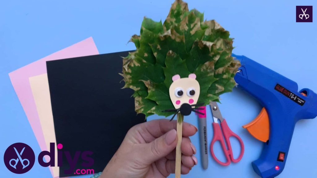 How to make a hedgehog puppet from autumn leaves