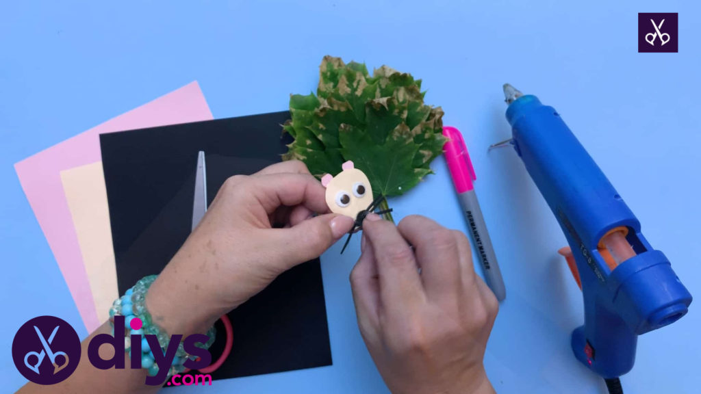 How to make a hedgehog puppet from autumn leaves attach