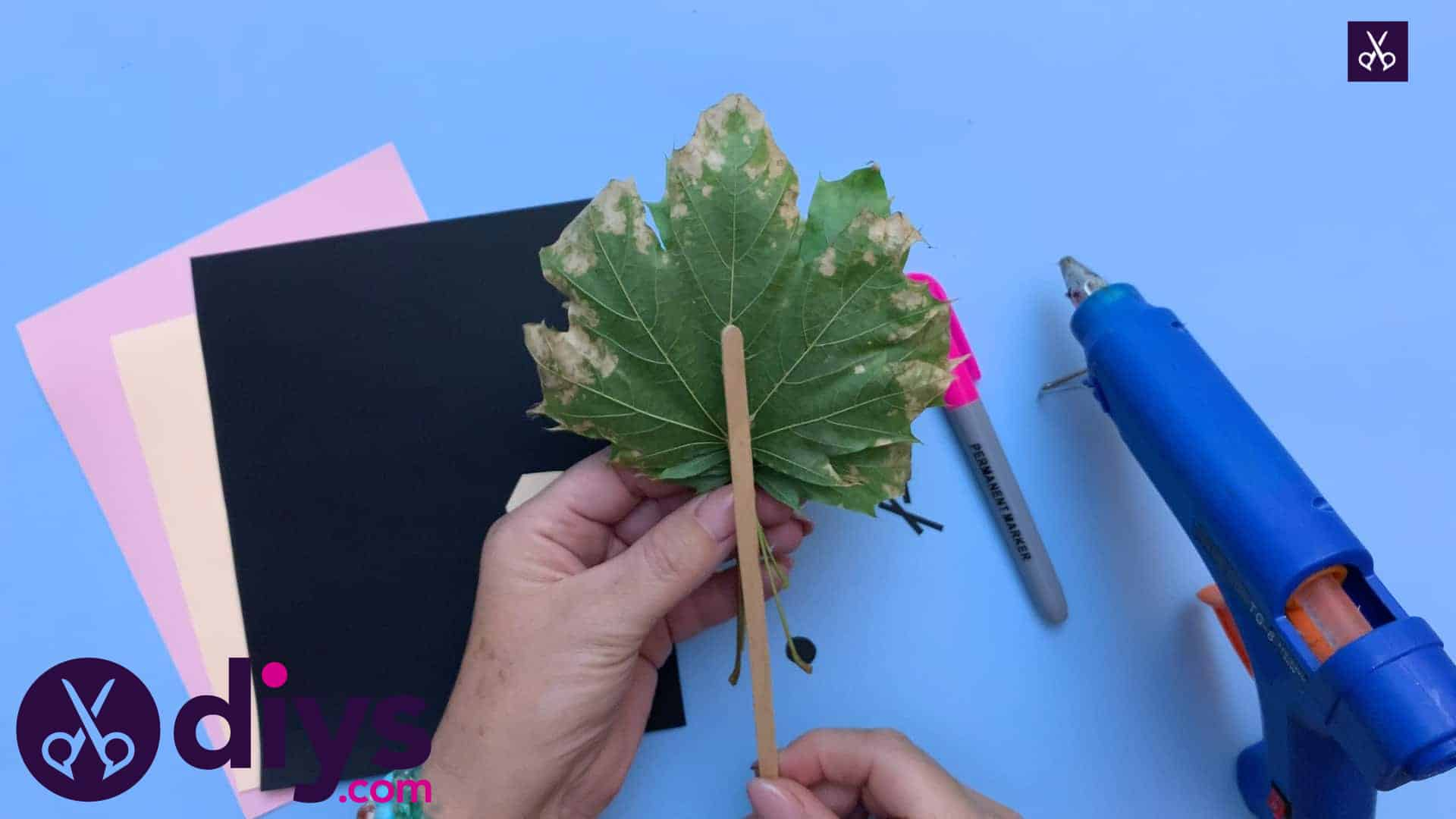 How to make a hedgehog puppet from autumn leaves back
