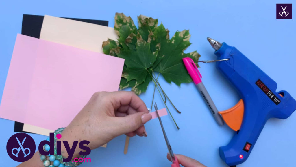How to make a hedgehog puppet from autumn leaves cutting