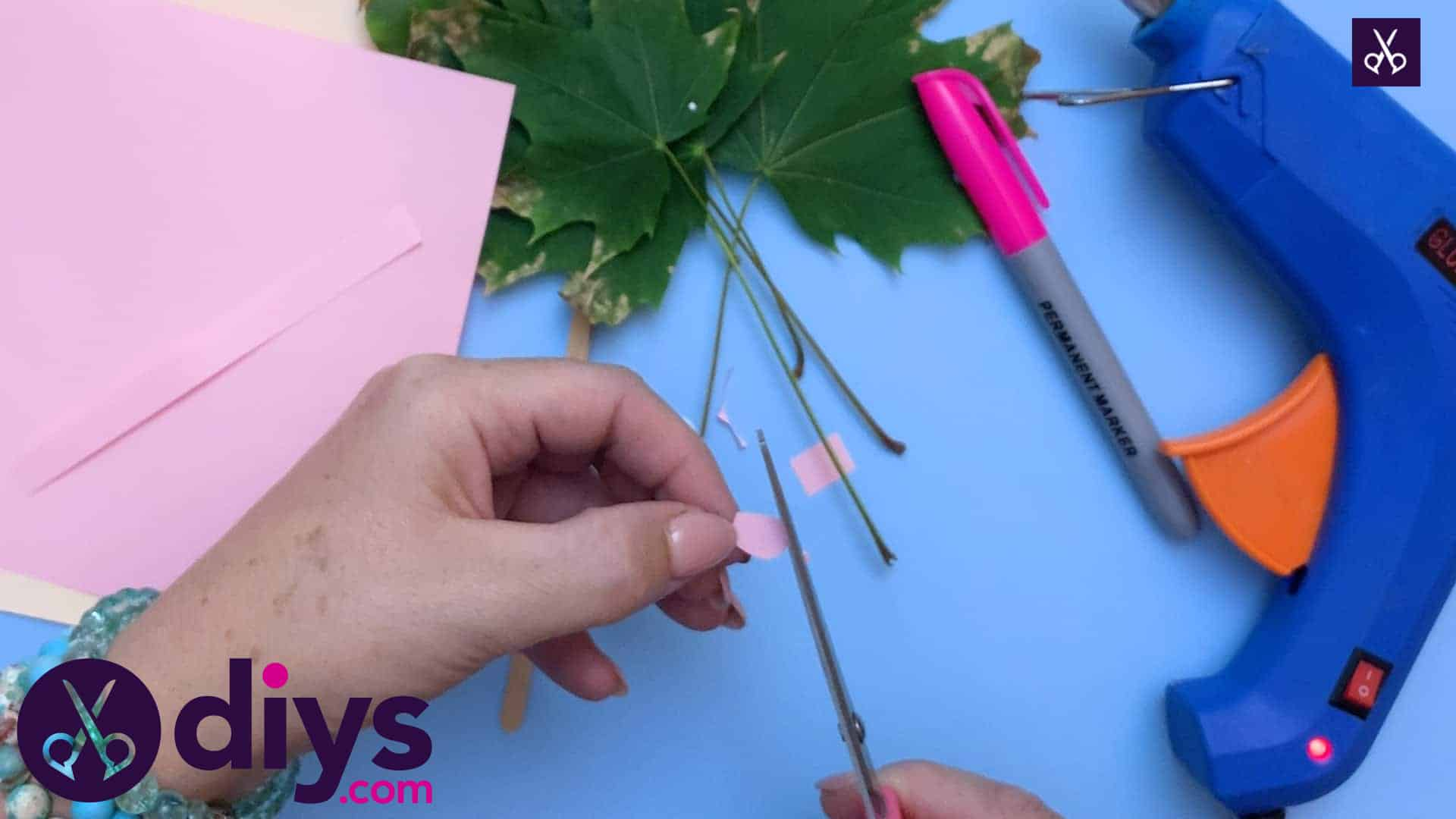 How to make a hedgehog puppet from autumn leaves diy