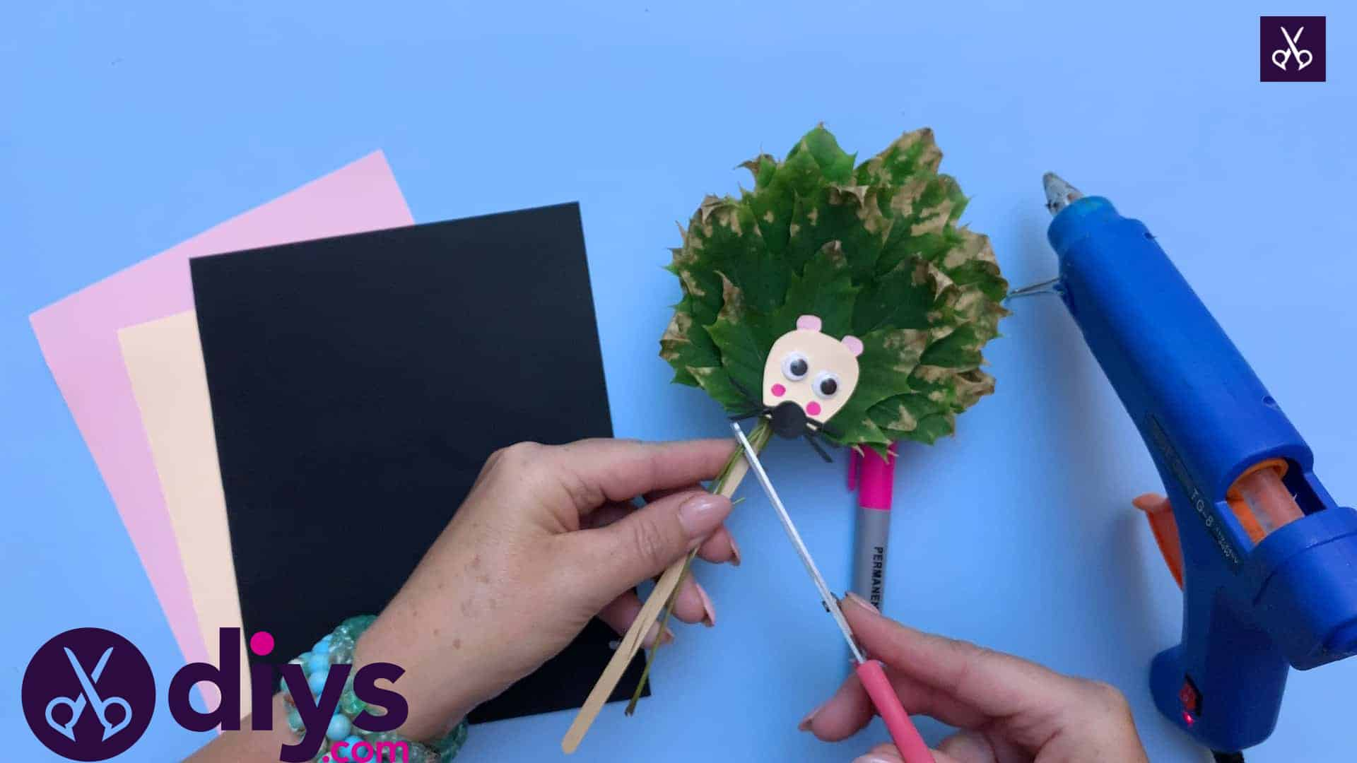How to make a hedgehog puppet from autumn leaves simple project