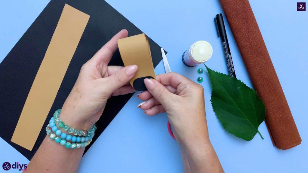 نحوه ساخت یک جوجه تیغی کاغذی روی برگ پاییز کاغذ سیاه را ضمیمه کنید