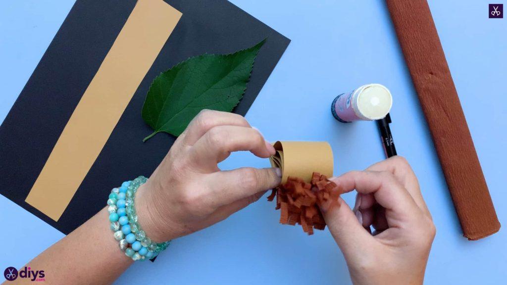 نحوه ساخت یک جوجه تیغی کاغذی روی یک برگ پاییزی در بالا