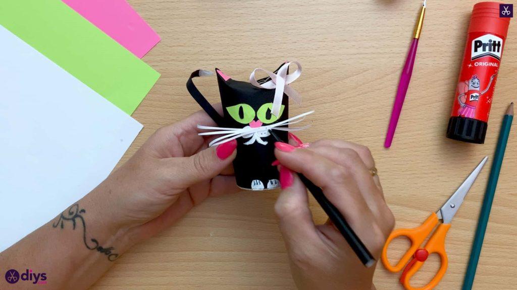 چگونه می توان یک نقطه دستمال توالت رول گربه درست کرد