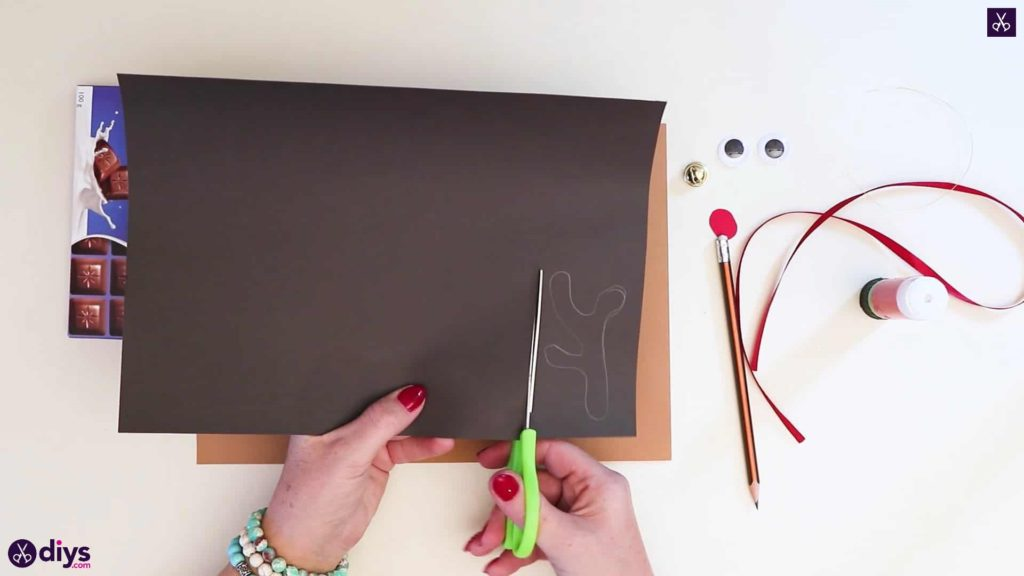 Diy reindeer gift wrap for christmas cutting the drawing