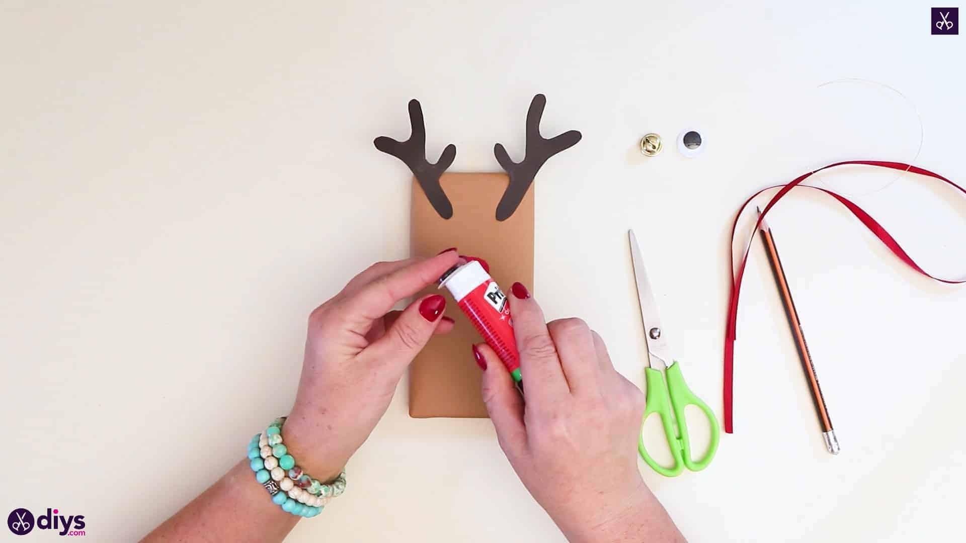 Diy reindeer gift wrap for christmas step 8b