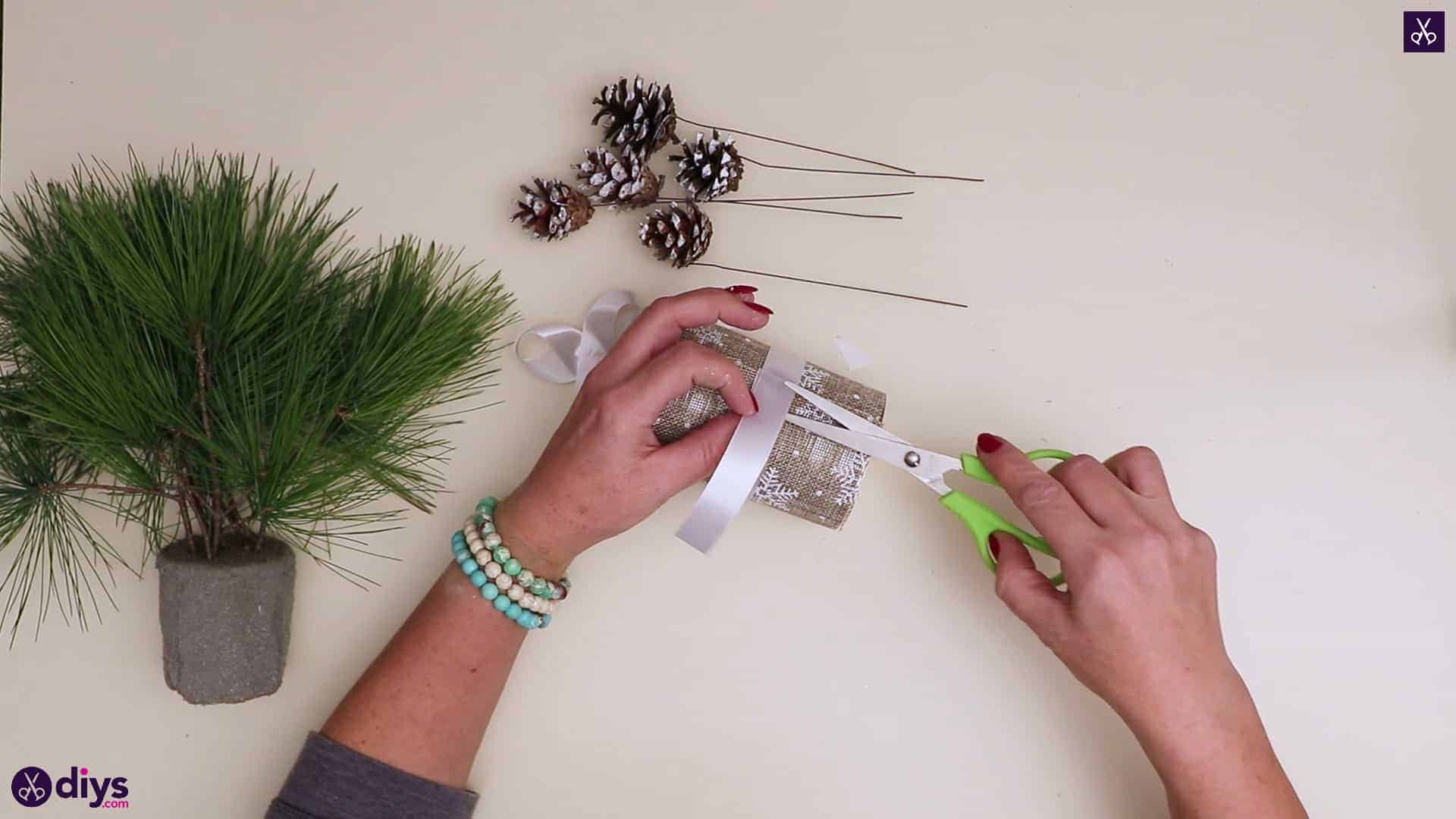 Christmas tree table decoration cutting ribb