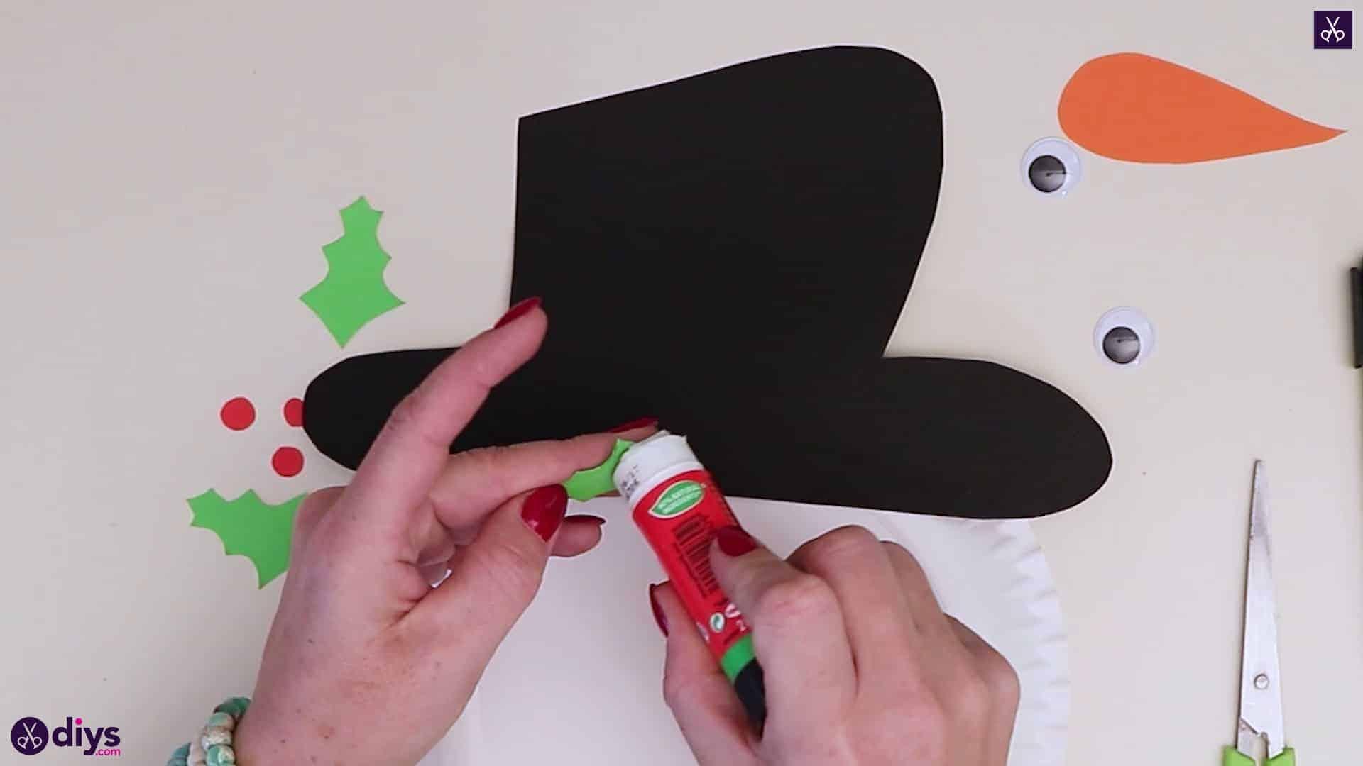 Paper plate snowman head glue green