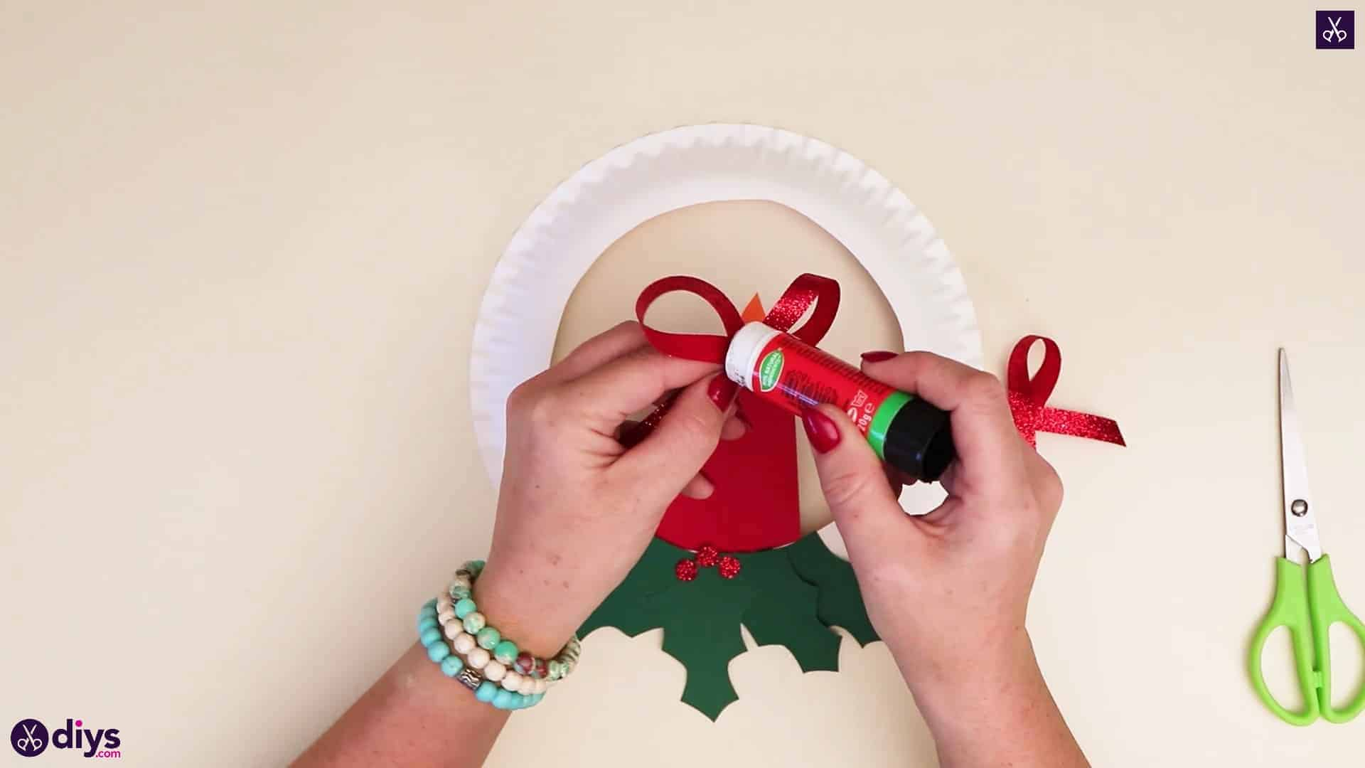 Paper plate wreath with a candle apply glue