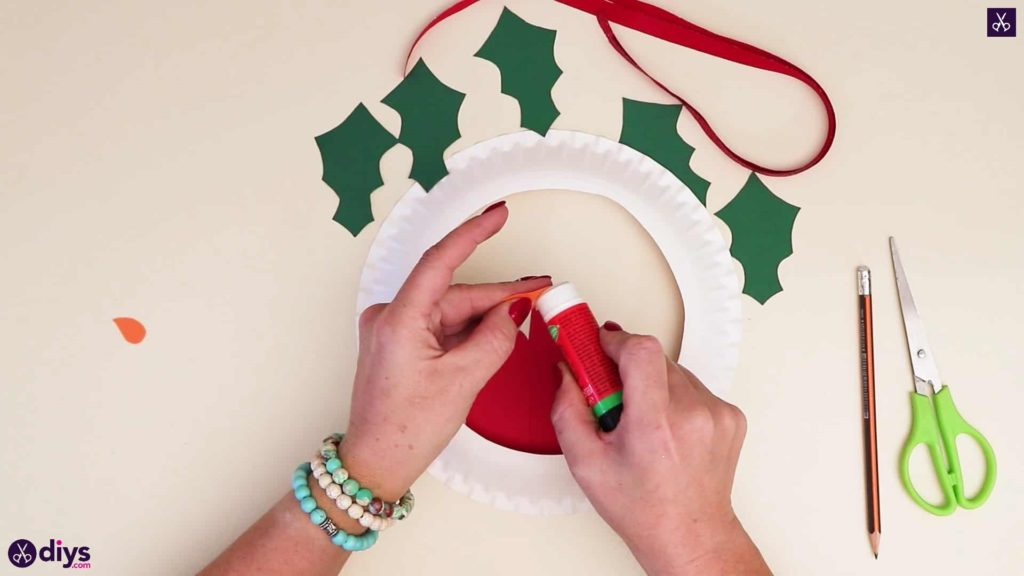 Paper plate wreath with a candle step 6c
