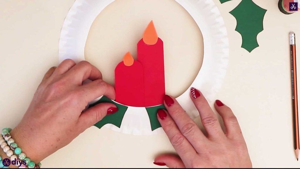 Paper plate wreath with a candle step 7a