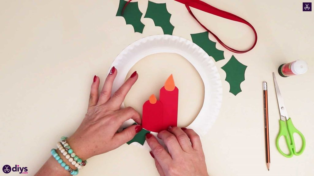 Paper plate wreath with a candle step 7b