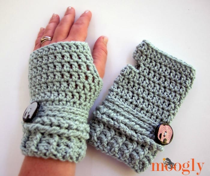 Pretty, short crochet fingerless gloves