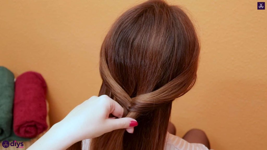 3 quick everyday hairstyles mini fishtail step 2