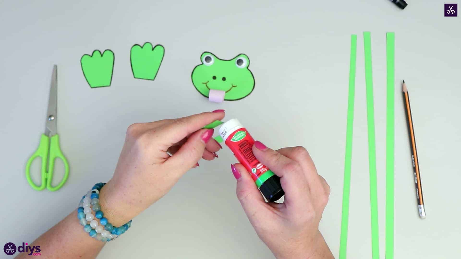 How to make paper frog adhesive