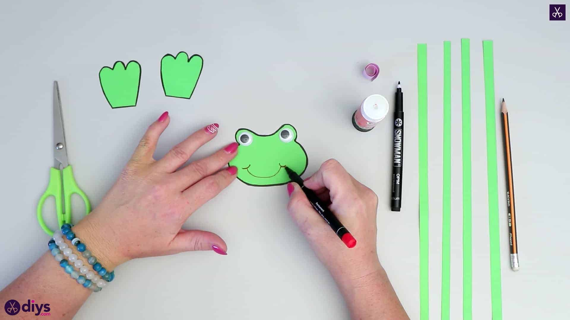 How to make paper frog lips