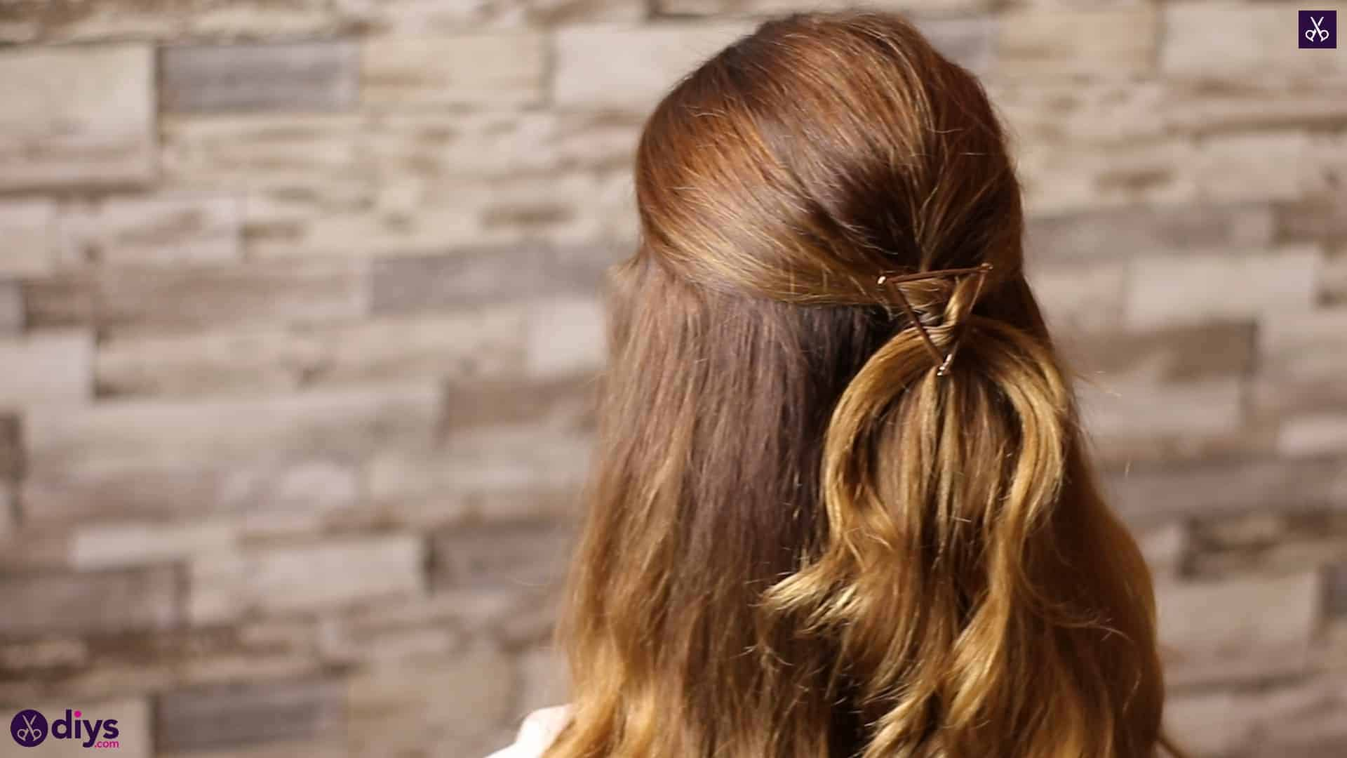 Updo hairstyle for wavy hair 39