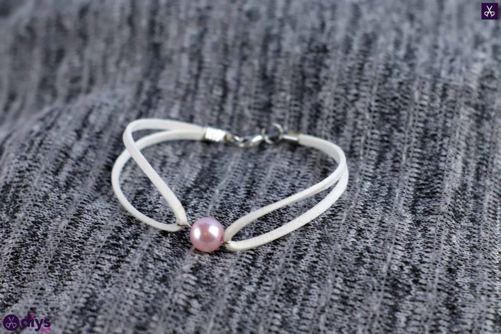 Leather bracelet with a pearl simple