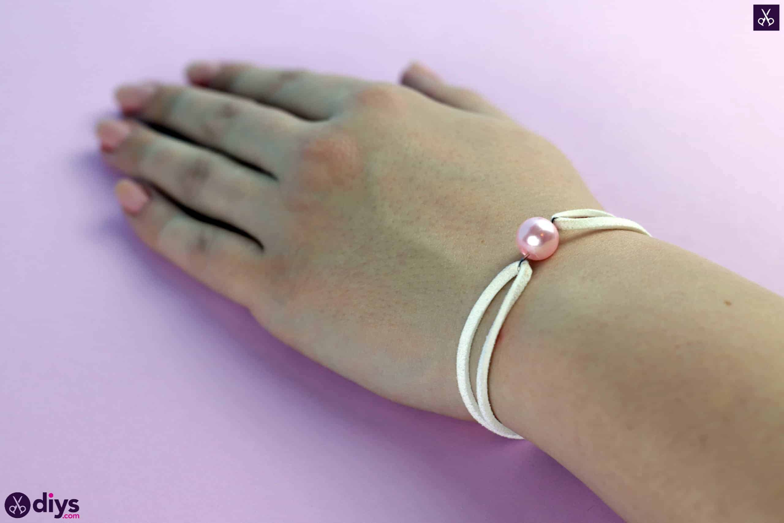 Leather bracelet with a pearl step 7e