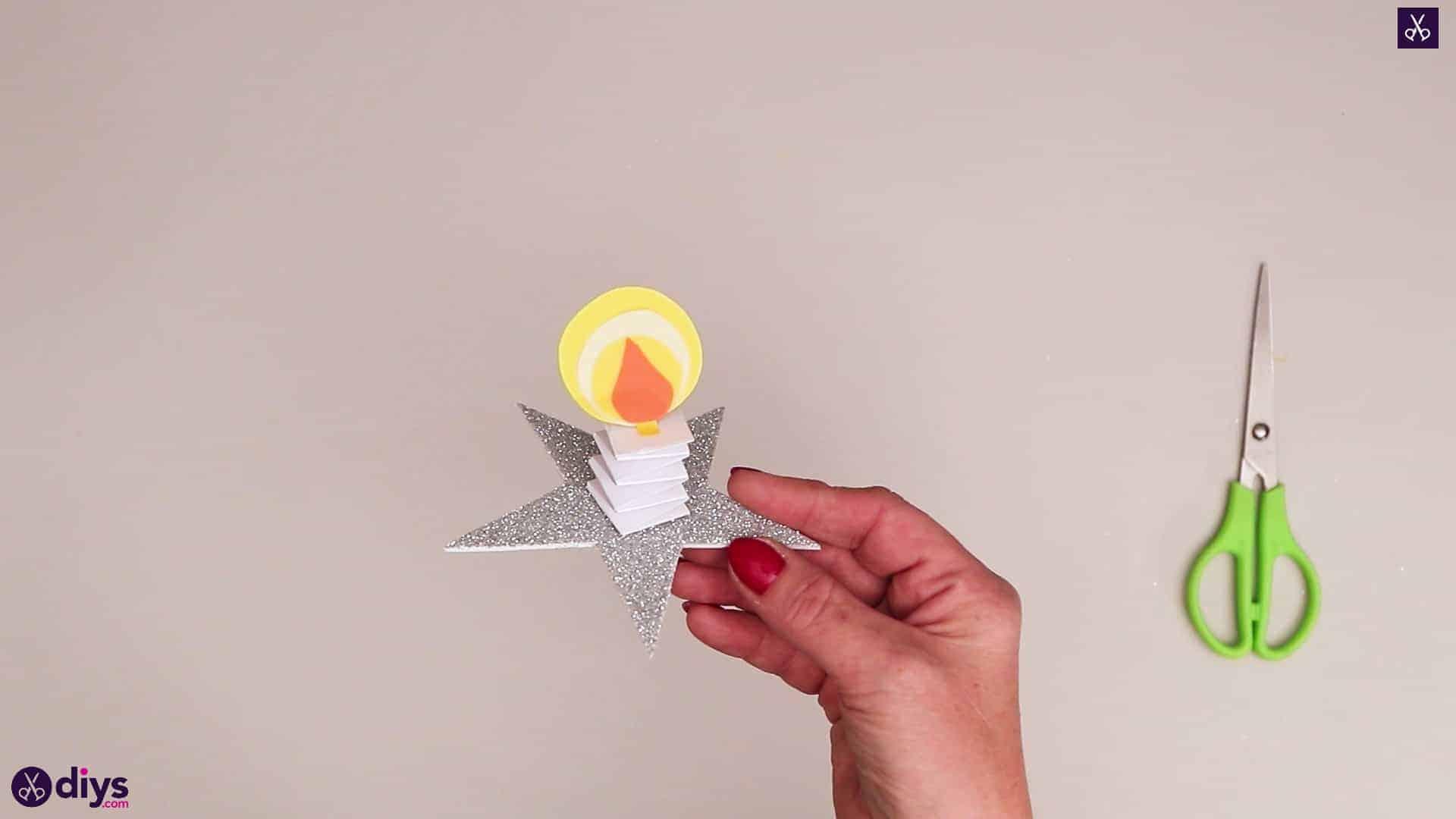 شمع کاغذی روی یک ستاره