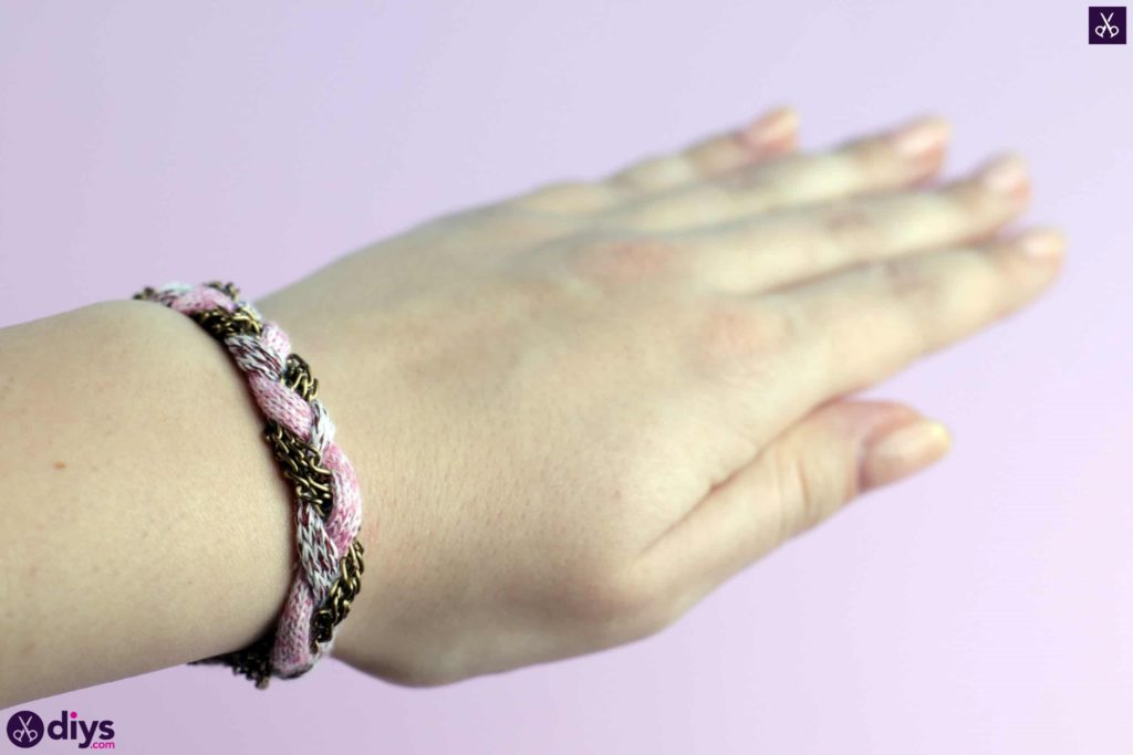 Yarn and chain bracelet craft