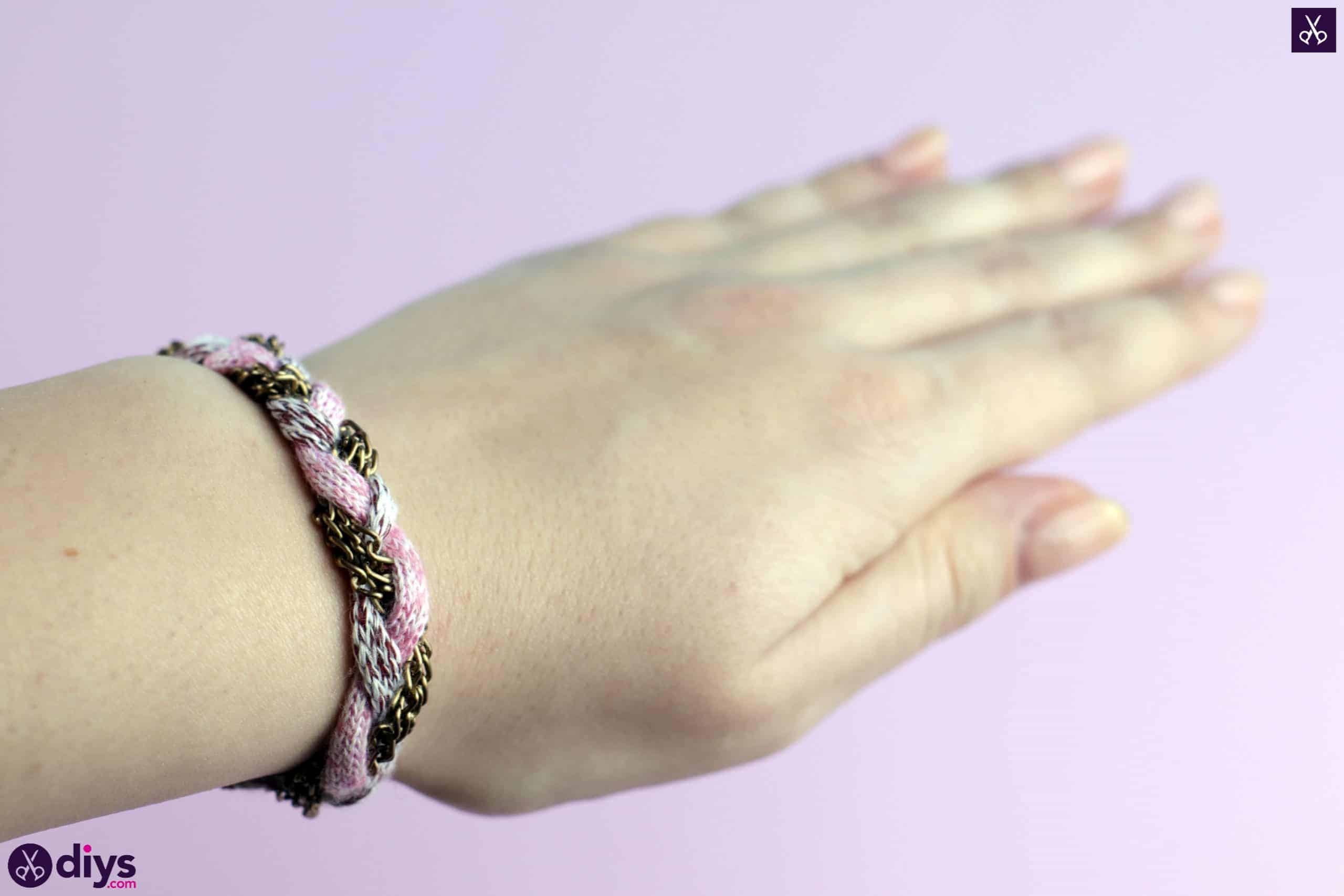 Yarn and chain bracelet craft