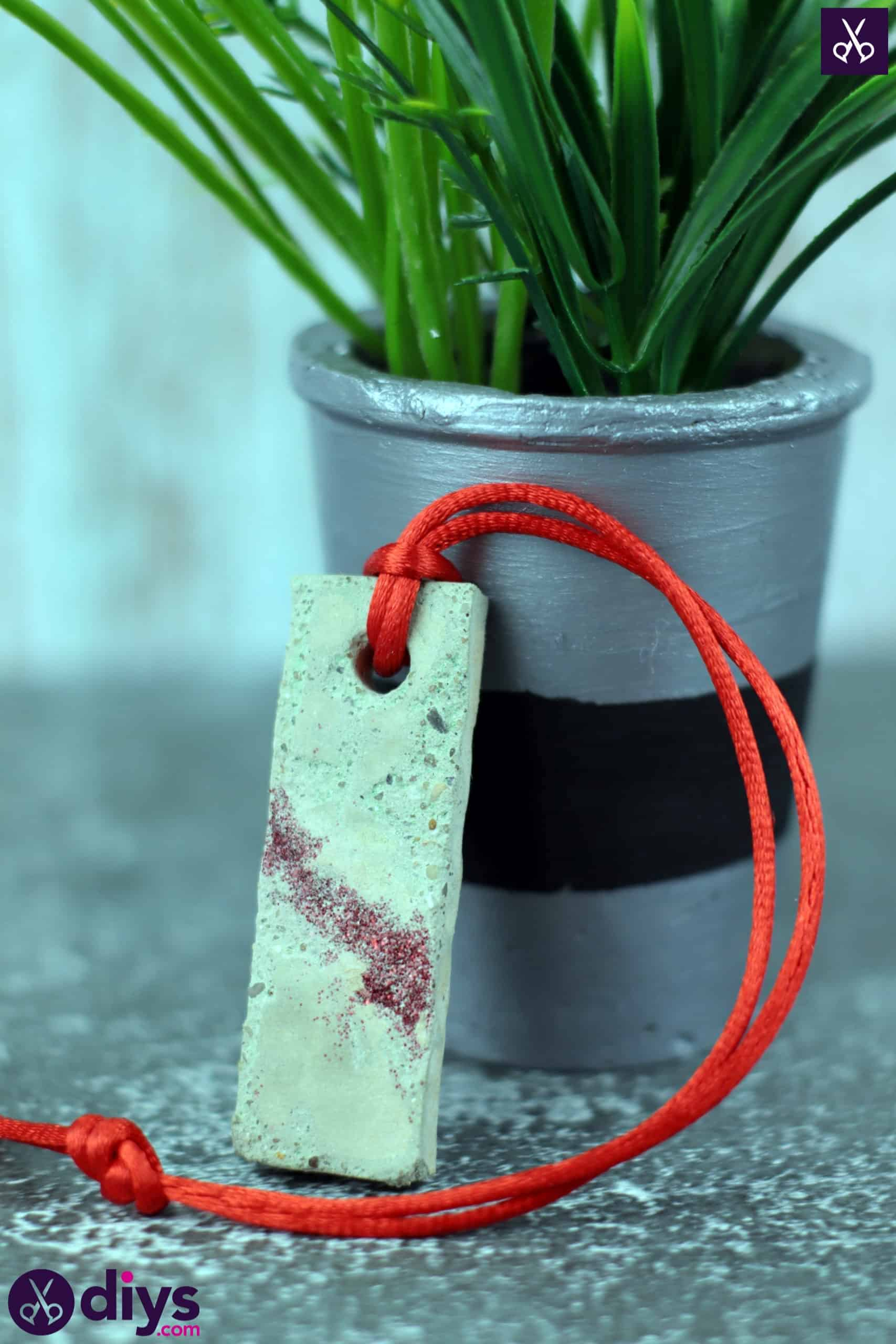 Diy concrete necklace with glitter display