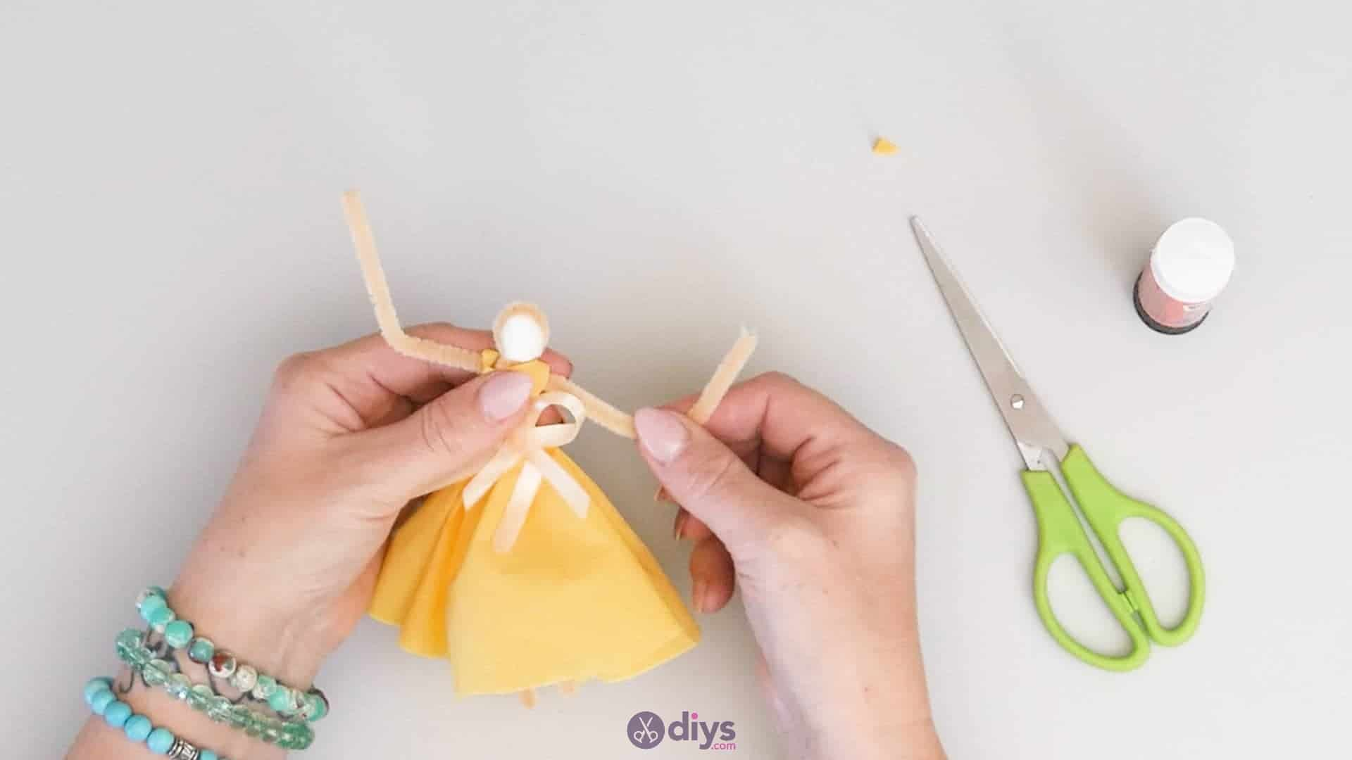How to make a dancing napkin puppet step5c