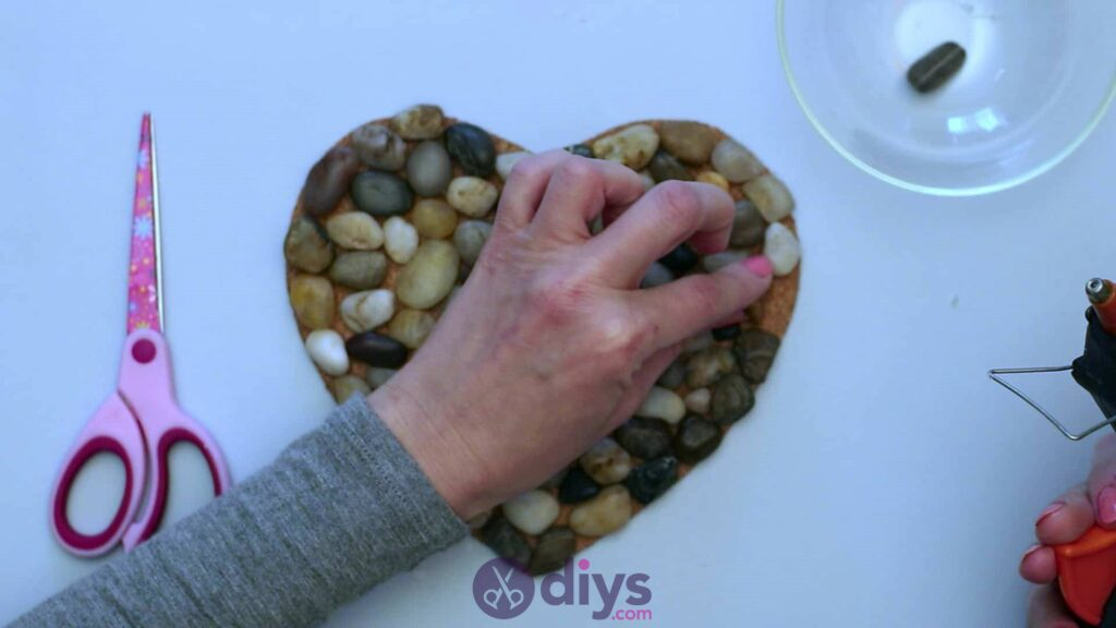 Heart shaped pebble underplate step 3ab