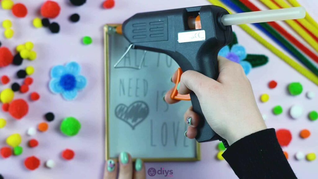 Pipe cleaner photo frame decoration step 10