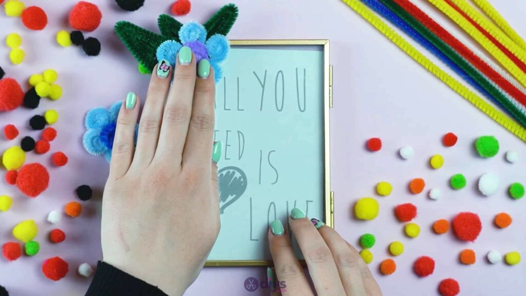 Pipe cleaner photo frame decoration step 10a